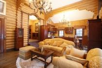 как оформить гостиную в доме из дерева