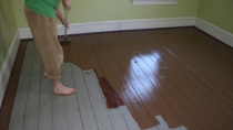Покраска деревянного пола валиком